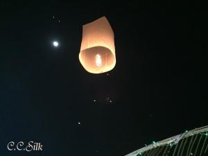 ♥14日スーパームーンの月明かり、夜空に舞い上がるコムローイ♥